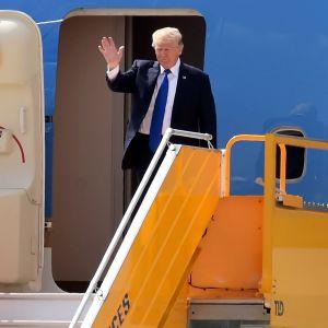Donald Trump saapumassa Vietnamiin.