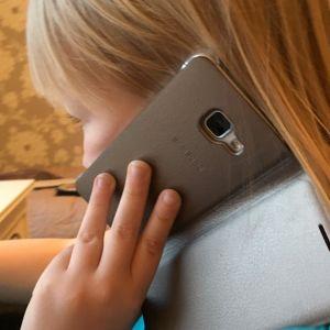 Lapsi puhelimessa