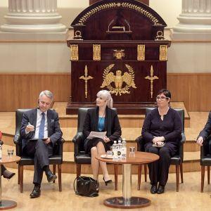 Tuula Haatainen, Pekka Haavisto, Laura Huhtasaari, Merja Kyllönen, Sauli Niinistö ja Nils Torvalds presidentinvaalipaneelissa.