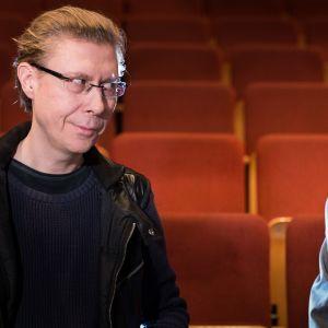 Esa Leskinen ja Vesa Vierikko Ryhmäteatterin katsomossa