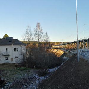 Koskenranta 1. Purettava talo Rovaniemen rautatiesillan kupeessa.