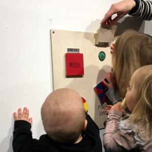 Lapsia taidenäyttelyssä.