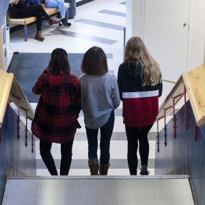 Norssin yläasteen oppilaita kävelemässä portaita.