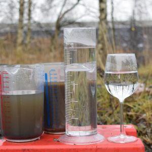 Puhdistamaton ja puhdistettu jätevesi.