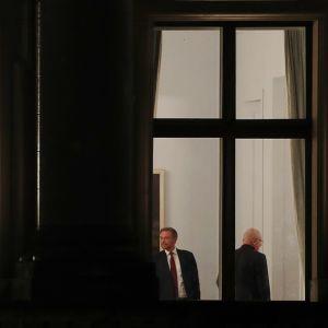 Saksan hallitustunnustelut jatkuivat 16.11.2017 Berliinissä. Mukana vasemmalta vihreiden Cem Özdemir, CSU:n Horst Seehofer (selin) ja CDU:n liittokansleri Angela Merkel. Oikeanpuoleisessa ikkunassa FDP:n Christian Lindner sekä CDU:n ja CSU:n liittopäiväryhmän johtaja Volker Kauder.