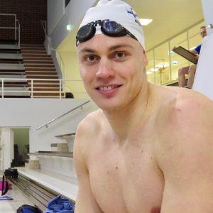 Ari-Pekka Liukkonen altaalla