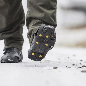 Jalat, joissa on liukuesteillä varustetut kengät.