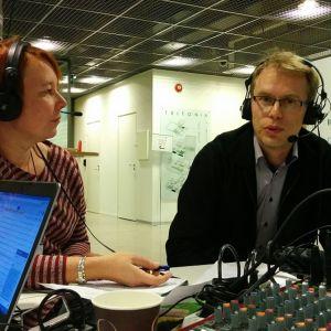 Tutkijatohtori Petri Välisuo kertoi Vaasan yliopistossa tehtävästä tuulivoimatutkimuksesta. Haastattelijana Yle Pohjanmaan toimittaja Anne Elhaimer.