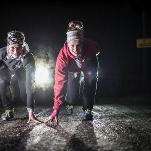 Henriikka ja Matleena Parpala ovat harjoitelleet syksyn ulkona Kokkolan urheilutalon sisäilmaongelmien takia.