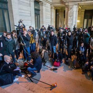 Media odotti sankoin joukoin päätöstä Katalonian entisten ministerien kohtalosta Brysselissä 17.11.2017.