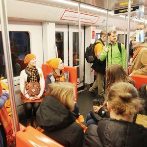 Metromatkustajia.