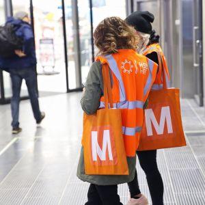 HSL:n neuvojia metroasemalla.