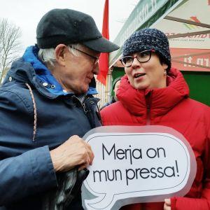 Vasemmistoliiton presidenttiehdokas Merja Kyllönen ja Matti Mäkelä Espoosta.