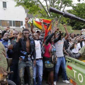 Zimbabwen armeija esti juhlivia mielenosoittajia pääsemästä presidentin virka-asunnolle Zimbabwen pääkaupungissa Hararessa 18.11.2017.