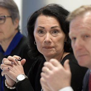 Sosiaali- ja terveysasioiden johtaja Tarja Myllärinen, kuntaliiton varatoimitusjohtaja Hanna Tainio sekä yhteysjohtaja Lauri Lamminmäki.