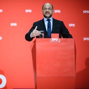 SPD:n johtaja Martin Schulz kommentoi hallitusneuvotteluja lauantaina.