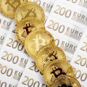 bitcoineja ja 200 euron seteleitä