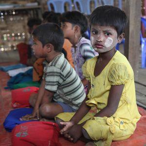 Myanmarissa kymmenettuhannet rohingyamuslimit on suljettu leireihin. Lasten koulut toimivat kansainvälisen avun turvin.