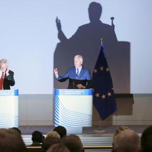 David Davis ja Michel Barnier tiedotustilaisuudessa Brysselissä