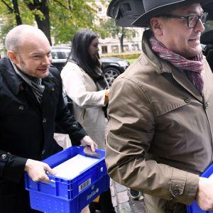 Sampo Terho, Tiina Elovaara ja Matti Torvinen vievät kannattajakortteja oikeusministeriöön Helsingissä.
