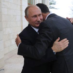 Putin ja Assad halaavat Sotšissa.
