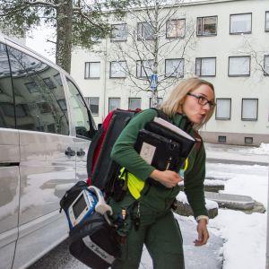 Yhden hengen ensihoitoyksikön Elina Ridell tehtävässä Kajaanissa.