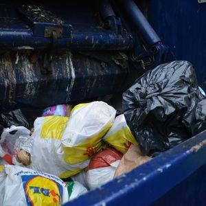 Sekajätettä jäteautossa.