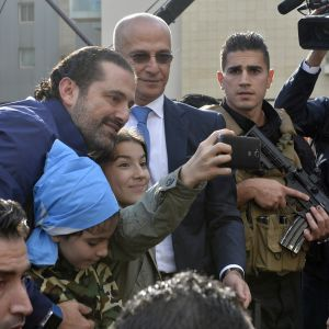 Nainen ottamassa selfietä Saad al-Haririn kanssa