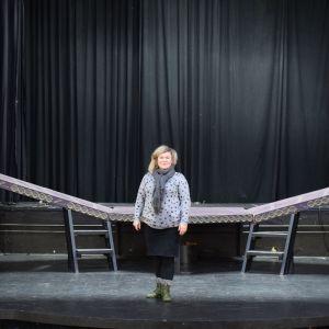 Riihimäen Nuorisoteatterin rehtori Sanna Saarela seisoo Kino Sammon lavalla.