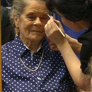 Lucia-mummo -ehdokkaille tehdään kevyt ja heleä meikki.