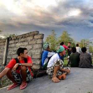 Ihmiset seurasivat Agung-tulivuoren tuhkapilveä Balilla sunnuntaina.
