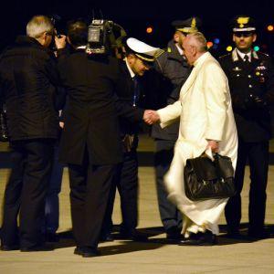 Paavi kättelee lennon kapteenia ennen Aasian-matkaansa.