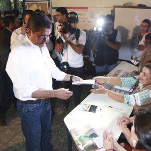Hondurasin nykyinen presidentti Juan Orlando Hernandez äänestää presidentinvaaleissa Graciasissa.