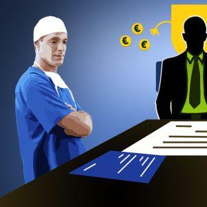 Kunnanjohtajan pöydän ympärillä seisovat lääkäri ja tekninen johtaja.