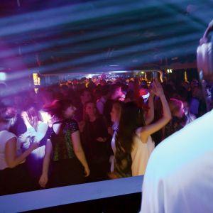 dj tanssittaa yleisöä
