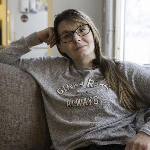 Päihteistä eroon päässyt Katja istuu kotisohvallaan.