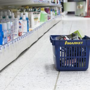 s-marketin ostoskori ja kaupan käytävää