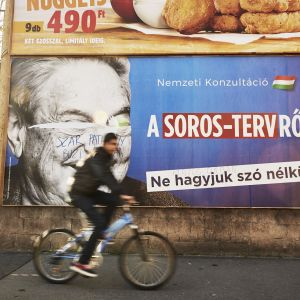 Sotkettu Soros-juliste kadulla.