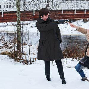 Pyhäjoen näyttämän Vessamysteeri -näytelmän kirjoittajat Päivi Alasalmi ja Maria Asunta Pyhäjoen rannassa 2017.