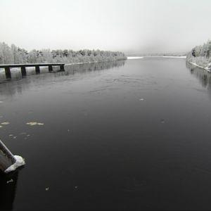 Kemijoen Valajaskosken voimalan alakanavassa joki virtaa kohti etelää ja Itämerta. Valajaskoski, Rovaniemi 28.11.2017