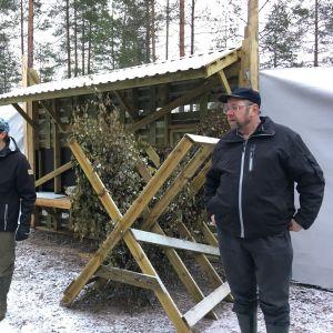 Sakari Myrkä ja Tapio Alatalo peurojen totutustarhassa.