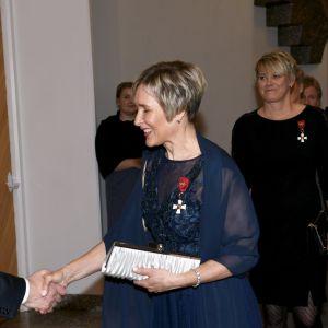 Hiihtäjä Marjut Rolig (keskellä) ja keihäänheittäjä Heli Rantanen (oikealla) saivat onnittelut kunniamerkeistään presidentti Sauli Niinistöltä.