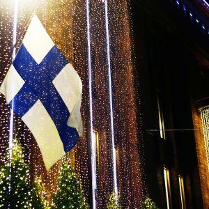 suomen lippu rakennuksen seinässä