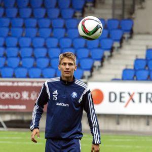 Roni Peipponen pallon kanssa kentällä.