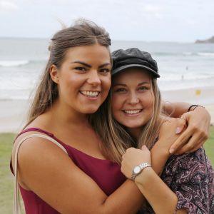 Sofia Klouvatos ja Miisa Mäensyrjä seisovat rannalla Byron Bayssa.