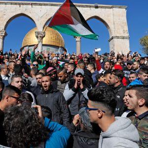Palestiinalaisia perjantairukoukseen osallistujia