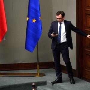 Puolan oikeusministeri Zgibniew Ziobro saapui Sejmin eli Puolan parlamentin alahuoneen istuntoon Varsovassa 8.12.2017.