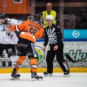 TPS:n Jonne Virtanen ja HPK:n Miro Karjalainen tukkanuottasilla