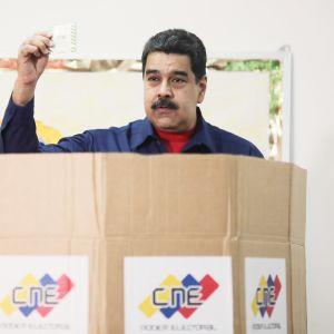 Presidentti Maduro äänestämässä paikallisvaaleissa sunnuntaina.