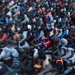 Pelastettuja afrikkalaisia siirtolaisia toukokuussa 2017.
